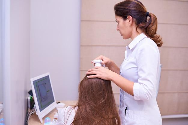 Microscopisch onderzoek van het haar en de huid van de hoofdhuid.