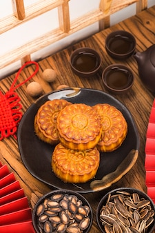 Mid-autumn festival-concept, traditionele mooncakes op tafel met theekopje.