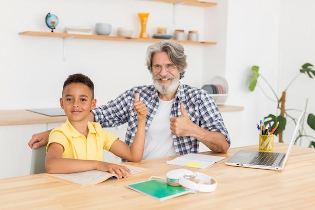 Mid-shot leraar en jongen studeren