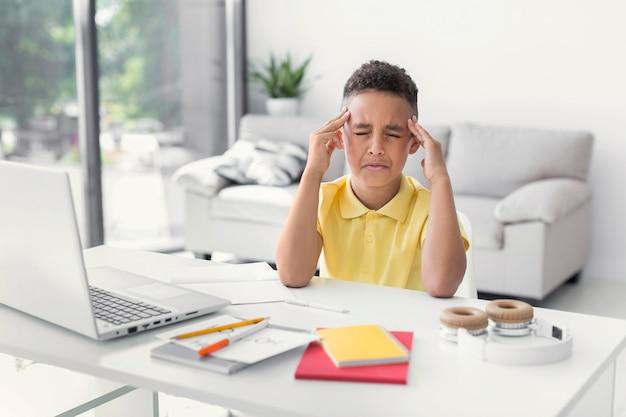 Mid-shot student concentreren