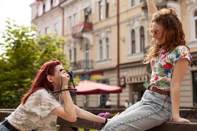 Mid-shot vrouwen die fotoshoot doen