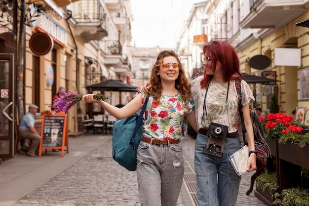 Mid-shot vrouwen die langs pubs lopen
