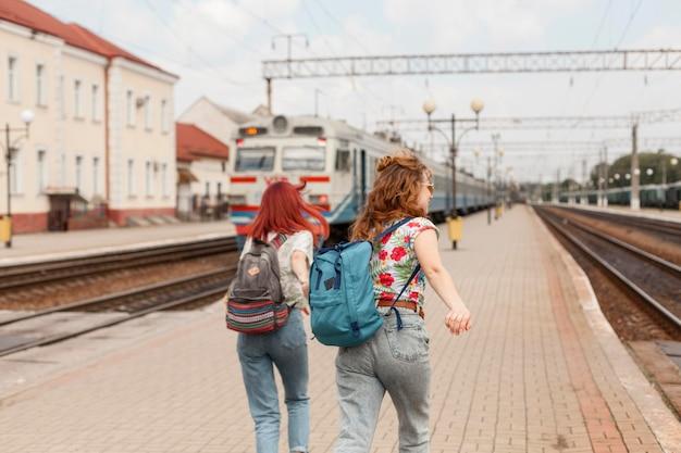 Mid-shot vrouwen rennen na de trein