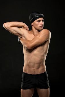 Mid-shot zwemmer die zich uitstrekt