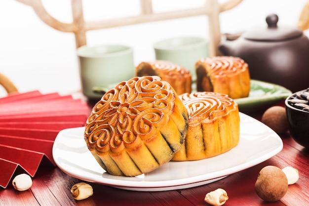 Midautumn festival concept traditionele mooncakes op tafel met theekopje Gratis Foto