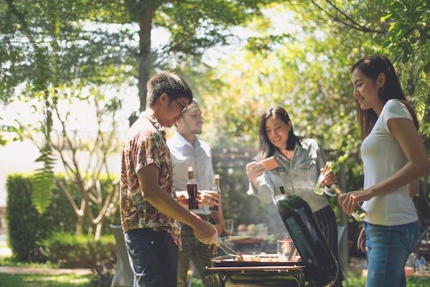 Middagfeest, barbecue en geroosterd varkensvlees