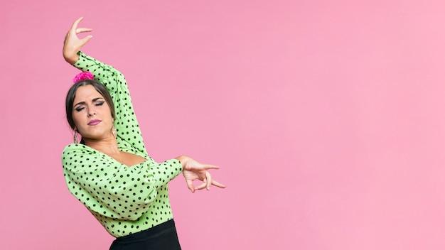 Middel geschotene flamenca die floreo op roze achtergrond uitvoeren