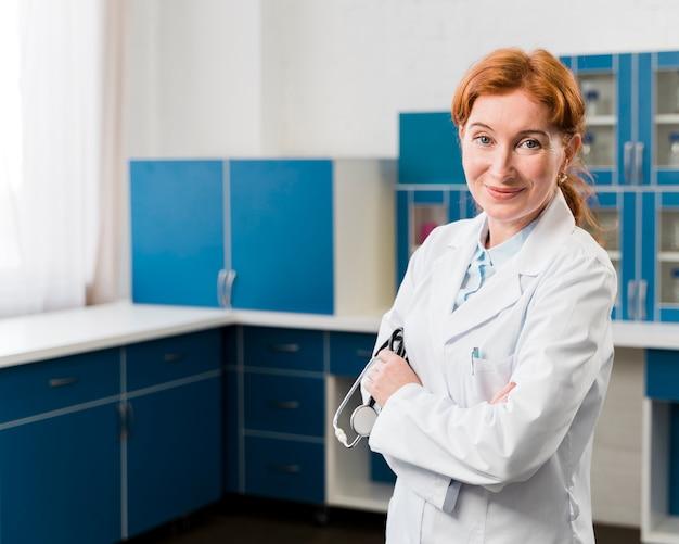 Middel schot van vrouw de glazen van de artsenholding