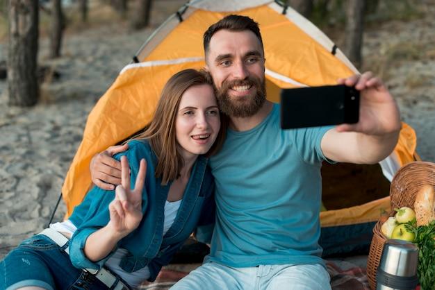 Middel van paar wordt geschoten die een selfie nemen die