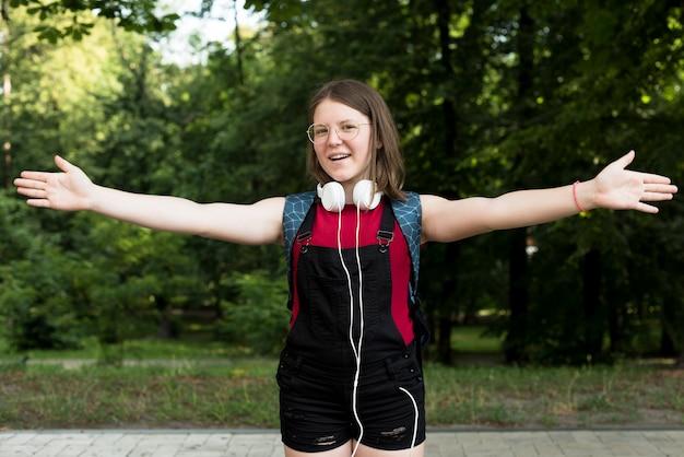 Middel van schot glimlachend middelbare schoolmeisje