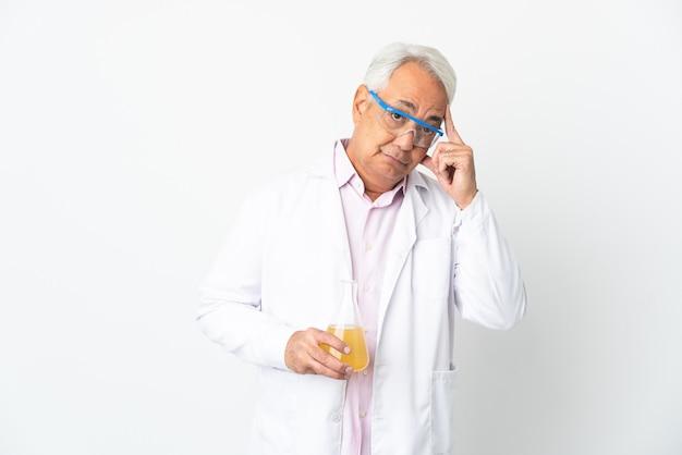 Middelbare leeftijd braziliaanse wetenschappelijke man wetenschappelijk geïsoleerd op een witte achtergrond denken een idee