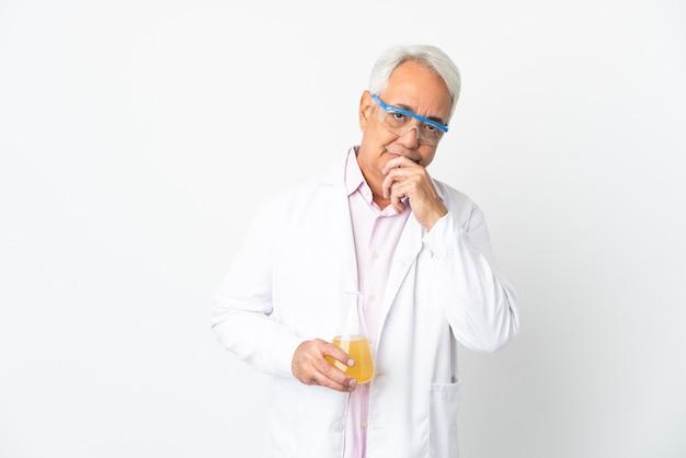 Middelbare leeftijd braziliaanse wetenschappelijke man wetenschappelijke geïsoleerd op een witte achtergrond denken