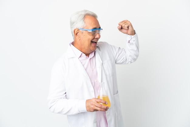 Middelbare leeftijd braziliaanse wetenschappelijke man wetenschappelijke geïsoleerd op een witte achtergrond een overwinning vieren