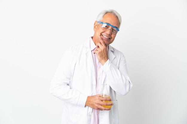 Middelbare leeftijd braziliaanse wetenschappelijke man wetenschappelijke geïsoleerd op een witte achtergrond gelukkig en lachend