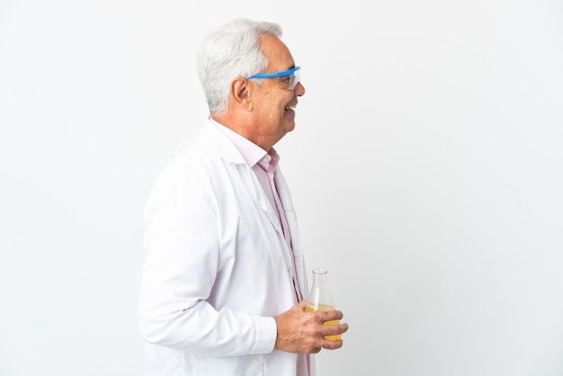 Middelbare leeftijd braziliaanse wetenschappelijke man wetenschappelijke geïsoleerd op een witte achtergrond lachen in laterale positie