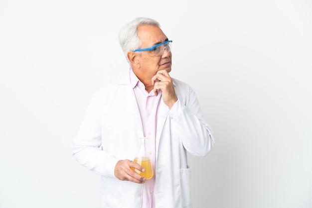 Middelbare leeftijd braziliaanse wetenschappelijke man wetenschappelijke geïsoleerd op een witte achtergrond twijfels en denken