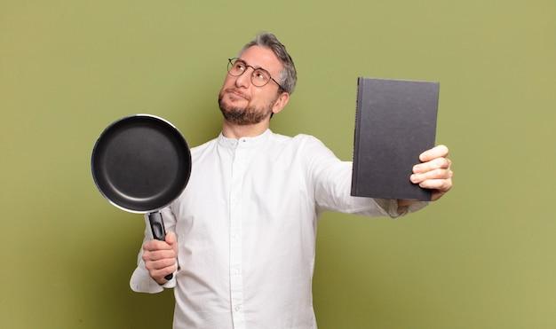 Middelbare leeftijd chef-kok man leren koken