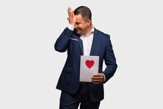 Middelbare leeftijd latijnse man vieren valentijnsdag vergeetachtig, realiseren iets