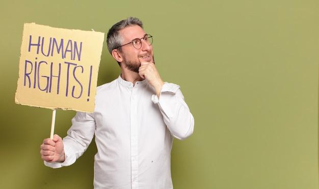 Middelbare leeftijd man activist. mensenrechten concept