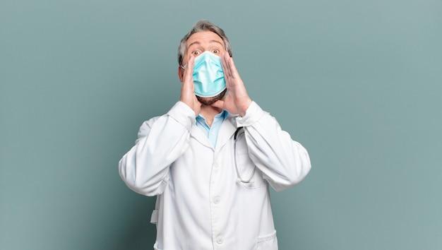Middelbare leeftijd man arts met een beschermend masker
