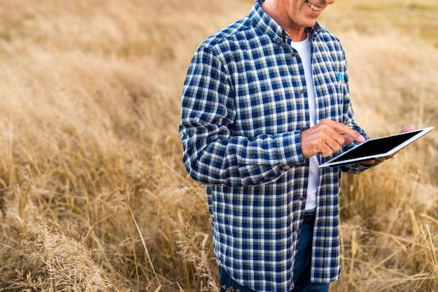 Middelbare leeftijd man met een tablet
