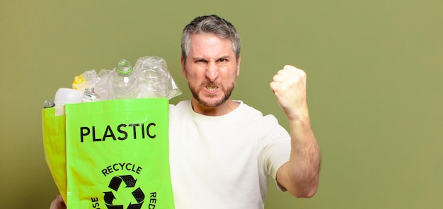 Middelbare leeftijd man recycle concept
