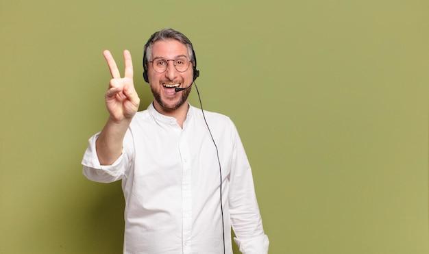 Middelbare leeftijd man telemarketeer concept Premium Foto
