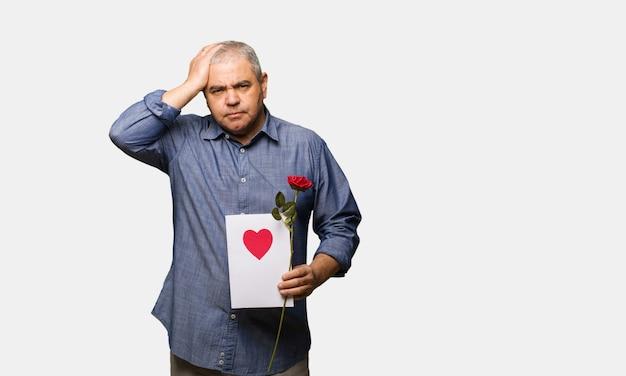 Middelbare leeftijd man vieren valentijnsdag bezorgd en overweldigd
