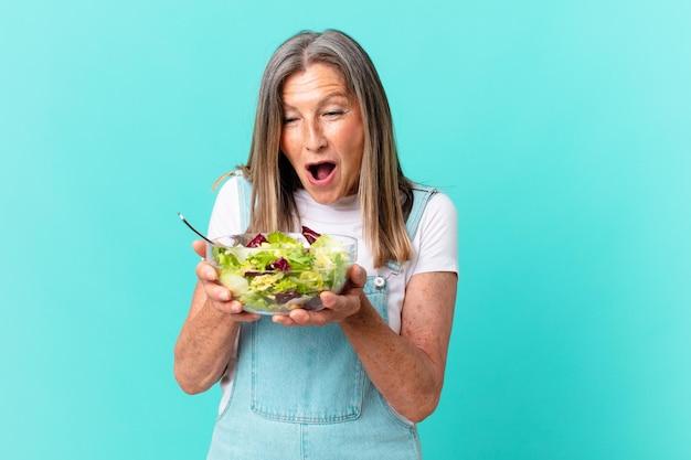 Middelbare leeftijd mooie vrouw met een salade.