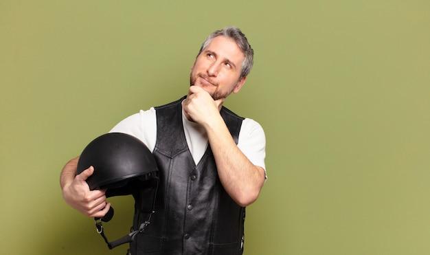 Middelbare leeftijd motorrijder man helm