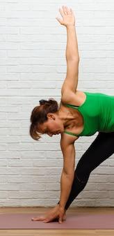 Middelbare leeftijd vrouw beoefenen van yoga