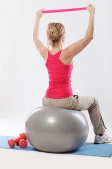 Middelbare leeftijd vrouw uit te werken met de bal