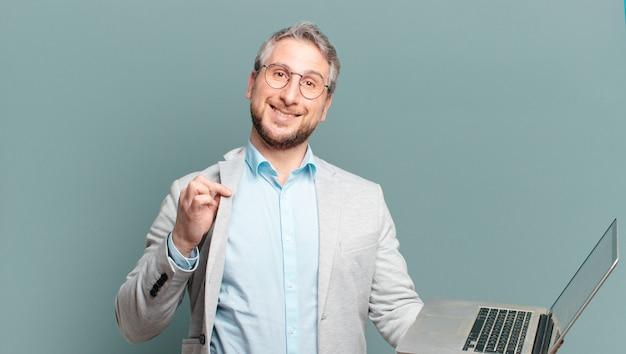 Middelbare leeftijdszakenman met laptop