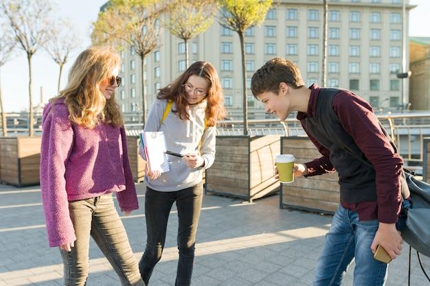 Middelbare scholieren praten buiten