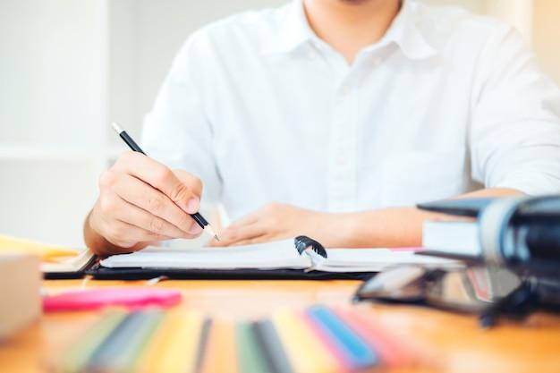 Middelbare school of universiteitsstudenten die samen in bibliotheek studeren en lezen