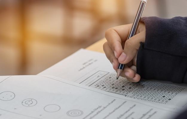 Middelbare school of universiteitsstudentenhanden die examens doen
