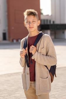 Middelbare schoolleerling in vrijetijdskleding die buiten staat