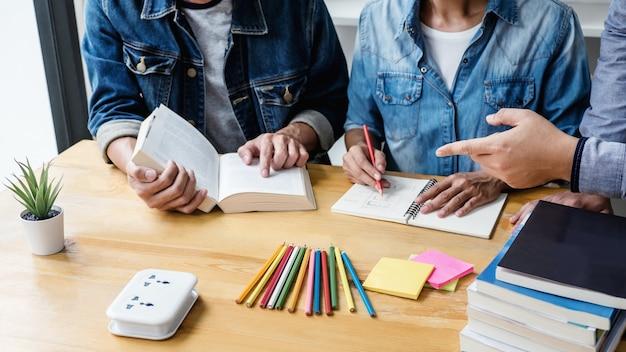 Middelbare schoolleraar of studentengroep zit aan bureau in bibliotheek studeren en lezen, huiswerk en les praktijk voorbereiden examen voor toelating, onderwijs, onderwijs, leren concept
