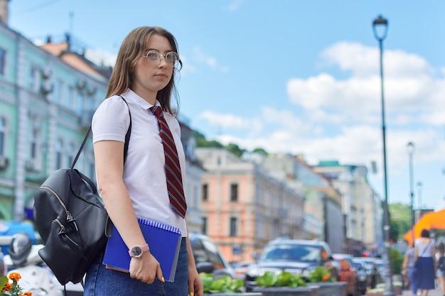 Middelbare schoolstudent die in stad aan kant kijkt