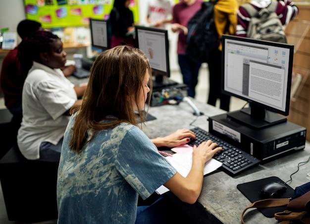 Middelbare schoolstudenten die computer gebruiken
