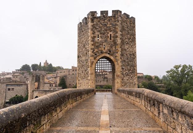 Middeleeuws dorp in de regen, uitzicht op de toren