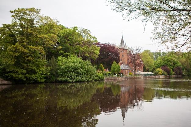 Middeleeuws gebouw kasteel op liefdesmeer, minnewaterpark in brugge, belgië