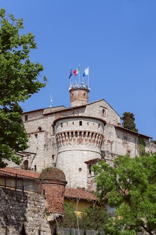 Middeleeuws kasteel in de stad brescia, lombardije, italië (verticale foto)