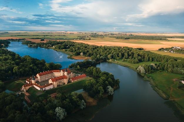 Middeleeuws kasteel in nesvizh, minsk region, wit-rusland.