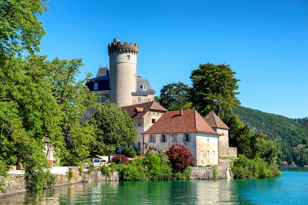 Middeleeuws kasteel op annecy-meer in de bergen van alpes, frankrijk