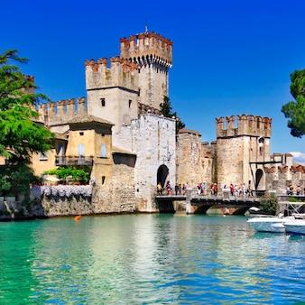 Middeleeuws kasteel scaliger in de oude stad sirmione aan het lago di garda, italië