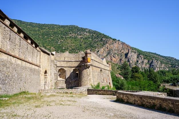 Middeleeuws kasteel tussen bergen. villefranche de conflent in frankrijk