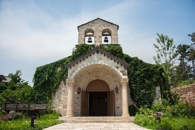 Middeleeuws kerkgebouw met twee klokken op de top