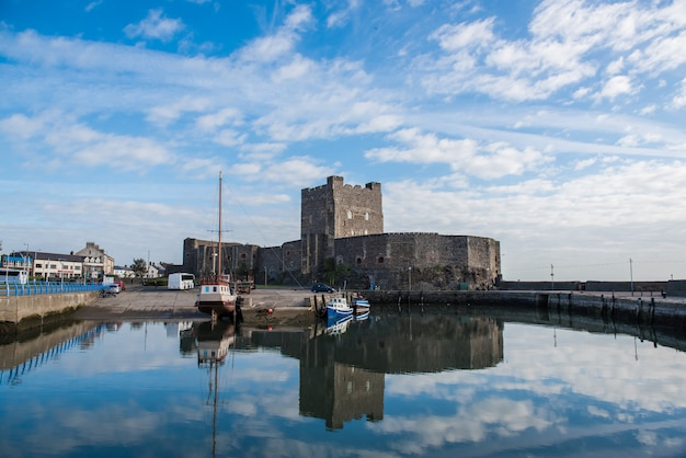 Middeleeuws normandisch kasteel en haven in carrickfergus in de buurt van belfast