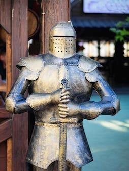 Middeleeuws ridderpantser bij de ingang van het café.